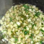 Gurken, Zwiebeln, Knoblauch und die restlichen Zutaten in einen Topf geben